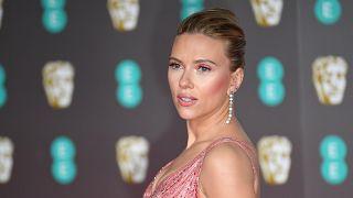 Scarlett Johansson a Brit Film- és Televíziós Művészeti Akadémia (BAFTA) díjkiosztó ünnepségén 2020. február 2-án a londoni Royal Albert Hallban.