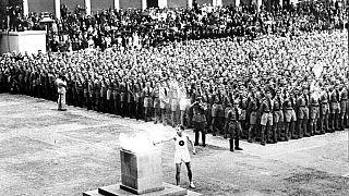 1 agosto 1936, la torcia olimpica è accesa a Lustgarten, Berlino