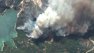 Wäldbrände von oben – hier lodern die Flammen in der Nähe der Oymapınar-Talsperre in der Südtürkei.