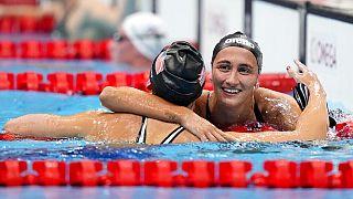 Simona Quadarella abbraccia la statunitense Kathleen Ledecky arrivata prima