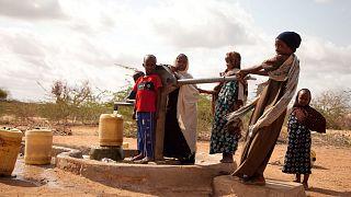 Archív felvétel: kútból vesznek vizet gyerekek a kenyai Garissában