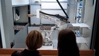 شاهد: روبوت يصنع مستقبلًا جديدًا للوجبات السريعة في أحد مطاعم لاتفيا