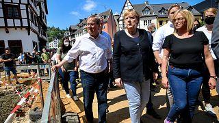 Laschet és Merkel felméri az Erft folyó árvíze okozta károkat Bad Münstereifelben