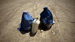 Afganistan'ın başkenti Kabil'de gıda yardımı alan kadınlar