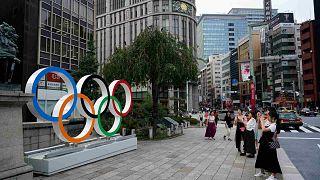 الناس يلتقطون صوراً للحلقات الأولمبية في طوكيو يوم الاثنين 19 أغسطس 2019