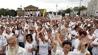 Fehér ruhában tüntettek a Hősök terén
