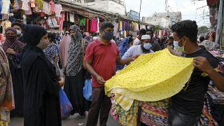Personas compran en un mercado antes de la celebración del Eid-al Adha en Dacca, Bangladés, el 16 de julio de 2021.