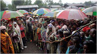نازحون من الكونغو ينتظرون الحصول على مساعدة غذائية يُشرف على توزيعها برنامج الغذاء العالمي في كيباتي، شرق البلاد.