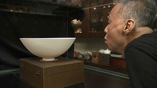 الخزّاف التايواني هوانغ تشينغ نان يصنّع أوانٍ خزفية رقيقة رقّ قشر البيض وربما أرقّ من ذلك.