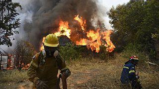 Los bomberos luchan contra un incendio cerca de Patras, en Grecia