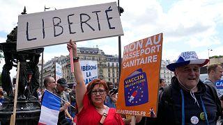 """Fransa'nın başkenti Paris'te on binlerce kişi, """"Covid-19 aşısı zorunluluğu"""" ve """"sağlık ruhsatı"""" uygulamasını protesto etti"""