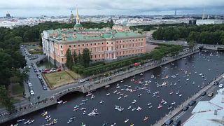 """آلاف المواطنين الروس يشاركون في مهرجان """"فونتانكا"""" السنوي بمدينة سانت بطرسبرغ"""