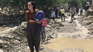 Van'ın Başkale ilçesinde dün etkili olan sağanağın ardından gelen sel nedeniyle 6 evin yıkıldığı Esenyamaç Mahallesi'nde bugün devam eden yağışlar, yeniden sele neden oldu