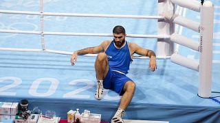 الملاكم الفرنسي مراد علييف جلس لمدة ساعة على حافّة الحلبة احتجاجاً على استبعاده من مباراة ربع النهائي للوزن فوق الثقيل في منافسات الملاكمة بأولمبياد طوكيو