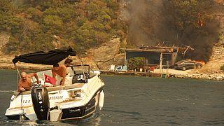 Des personnes fuient en bateau près de Bodrum, en Turquie