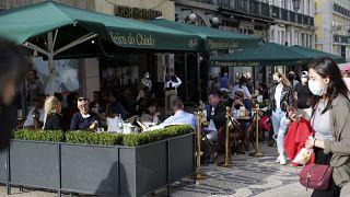 Personas sentadas en la terraza de un café en el centro de Lisboa, el viernes 4 de junio de 2021.