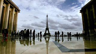 سائحون يتجمعون في ساحة تروكاديرو المطلة على برج إيفل في باريس، فرنسا، الاثنين 10 مارس 2008