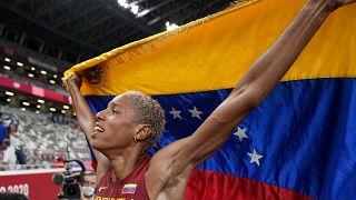 La atleta Yulimar Rojas, de Venezuela, celebra tras ganar la final del triple salto femenino en los Juegos Olímpicos de 2020, el  1 de agosto de 2021, en Tokio.