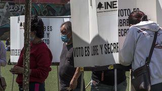 Vecinos de San Miguel Topilejo votan en el referéndum no vinculante de México