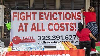 أعضاء اتحاد المستأجرين في لوس أنجلوس يحتجون على عمليات الإخلاء ويقدمون الطعام للمشردين في هوليوود، كاليفورنيا- 8 فبراير 2021