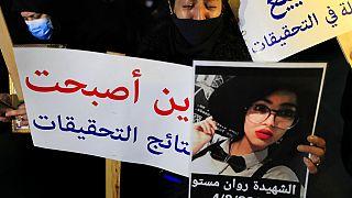 والدة إحدى ضحايا انفجار ميناء بيروت تبكي حاملة صورة ابنتها التي قتلت خلال الانفجار، اعتصام خارج قصر العدل،  بيروت، لبنان 3 شباط 2021