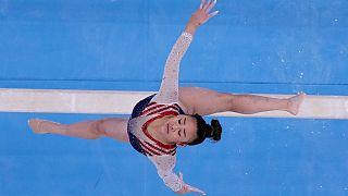 الأمريكية سونيزا لي على عارضة التوازن خلال نهائي الجمباز الفني للسيدات في أولمبياد طوكيو 2020