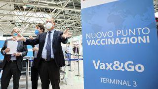 رئيس منطقة لاتسيو، نيكولا زينغاريتي يفتتح مركزًا للتطعيم في مطار ليوناردو دافنشي في روما.
