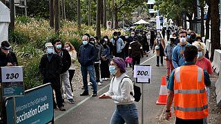 يصطف السكان للحصول على جرعة لقاح فيروس كورونا  في مركز تطعيم في سيدني - 2 آب /  أغسطس 2021.