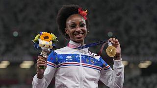 Jasmine Camacho-Quinn et sa médaille d'or après sa victoire sur le 100m haies aux JO de Tokyo, le 2/8/2021