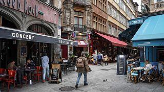رجل يمشي بجوار أحد المطاعم في ليون، وسط فرنسا