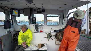 فيرجينيا أوليفر ابنها ماكس البالغ 78 عاما على متن قارب الصيد