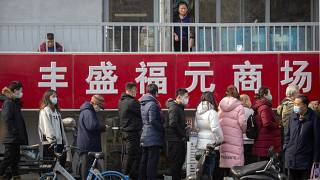 صينيون بانتظار إجراء اختبارات كوفيد في وسط بكين، الصين.