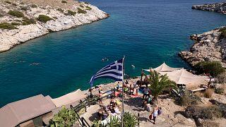 اليونانيون يوجهون إلى الشواطئ تفاديا للحر، جنوب أثينا.