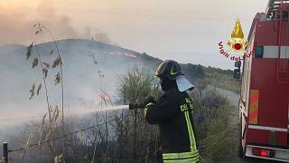 رجال الإطفاء في إيطاليا يكافحون الحرائق في أغلب المدن الساحلية