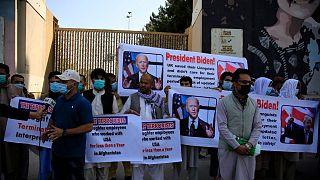 اعتراض مترجمان افغان در مقابل سفارت آمریکا در کابل