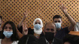سكان حي الشيخ جراح الفلسطينيين قبل جلسة في المحكمة العليا في القدس.