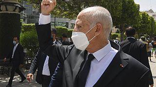 Kaisz Szaíd egyiptomi elnök üdvözli követőit Tuniszban
