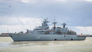 """الفرقاطة """"بايرن"""" التابعة للبحرية الألمانية وهي تغادر ميناء فيلهلمسهافن شمال ألمانيا."""