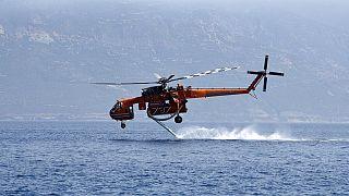 Πυροσβεστικό ελικόπτερο εν δράσει - φώτο αρχείου