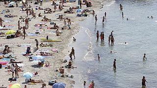 A Marsiglia i volontari ripuliscono le spiagge