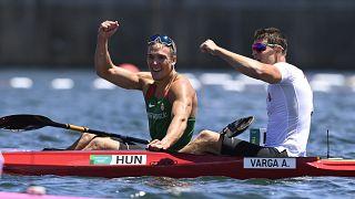 Az aranyérmes Kopasz Bálint és az ezüstérmes Varga Ádám a férfi kajak egyesek 1000 méteres versenyének döntője után