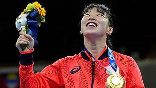 La giapponese Sena Irie vince l'oro dopo aver sconfitto la filippina Nesthy Petecio, in una finale di boxe femminile di 60 kg di peso piuma
