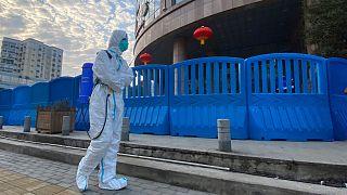 ضدعفونی کردن محوطه بیمارستان مرکزی ووهان چین فوریه ۲۰۲۱