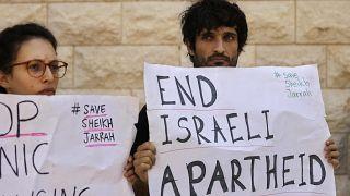 متظاهرون يحملون لافتات خلال جلسة استماع حول عمليات إخلاء محتملة لفلسطينيين من حي الشيخ جراح في القدس ، خارج المحكمة العليا في القدس