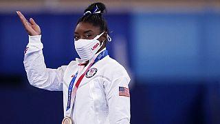Reacción de Simone Biles al recibir la medalla de bronce en barra de equilibrio en Tokio 2020