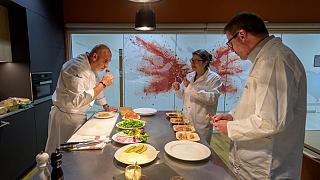 متخصصون يتذوقون شرائح اللحم النباتي في مقر مجموعة فيرمينيش السويسرية، 2021