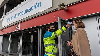 مركز تطعيم ضد كوفيد-19 في ملعب واندا متروبوليتانو بمدريد في إسبانيا.