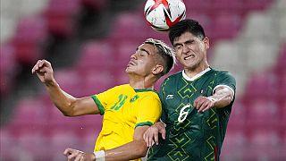 Reinier e Vladimir Lorona si lanciano sul pallone con la testa durante la semifinale alle Olimpiadi di Tokyo 2020