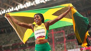 La jamaicana Thompson-Herah, primera mujer de la historia que gana los 100 y los 200 metros en Juegos Olímpicos consecutivos.