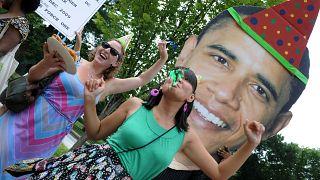 مجموعة من نشطاء البيئة يحتفلون بعيد ميلاد الرئيس الأمريكي باراك أوباما الـ 48 خارج البيت الأبيض في واشنطن العاصمة، 4 أغسطس 2009